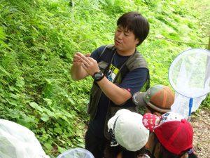 森の案内人、三上さんが虫や植物の見つけ方を教えてくれます