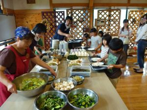 昼食は地元のお母さん達が作ってくれた手づくりご飯