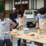 木を削る作業では予想外に木の粉が大量に出ました、参加者粉まみれのハプニングに遭遇