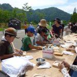子ども達は形成まで終わったお皿を磨き、油を塗ります