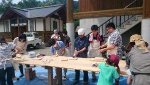 大人は木を削る作業から始めます