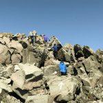 ゴール後、お決まりの岩場登りで最高点新山へ。
