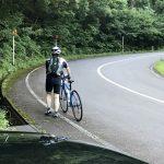 バイク途中、さすがにきつい坂道。 でも、決してGPS救助ボタンは押すまいと心に誓い 中継地点へと向かいます。