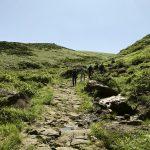 登山チームは、晴れ渡る青空の下、自然を感じながらいつものペースでゴールへ向かいます。