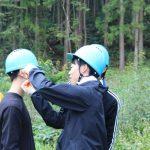 初めての参加者は、お互いにヘルメットの装着を手伝います